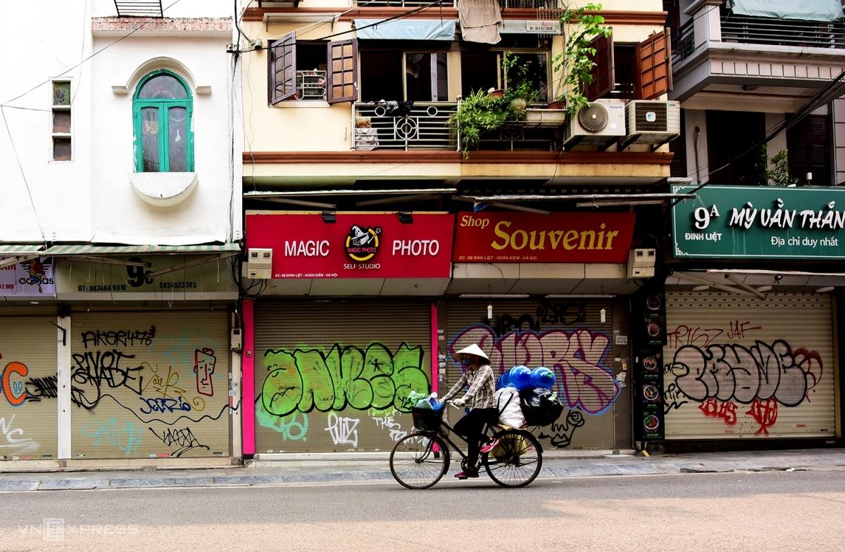 Hàng quán tại Hà Nội đóng cửa trong giãn cách xã hội. Ảnh: Giang Huy.