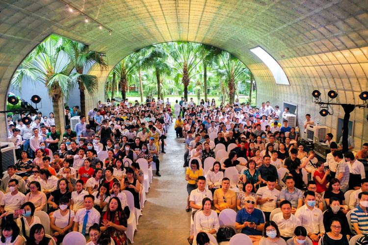 Hội trường chật kín chỗ ngồi. Nhiều khách hàng đến từ Hà Nội, Hưng Yên và khu vực lân caanjn
