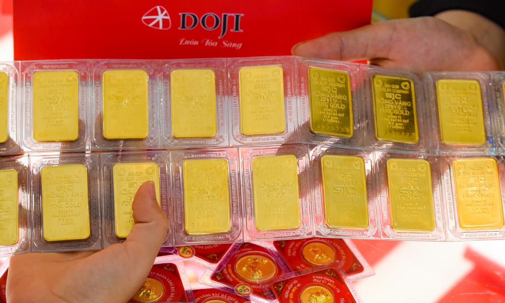Vàng miếng trưng bày tại cửa hàng. Ảnh: DOJI.