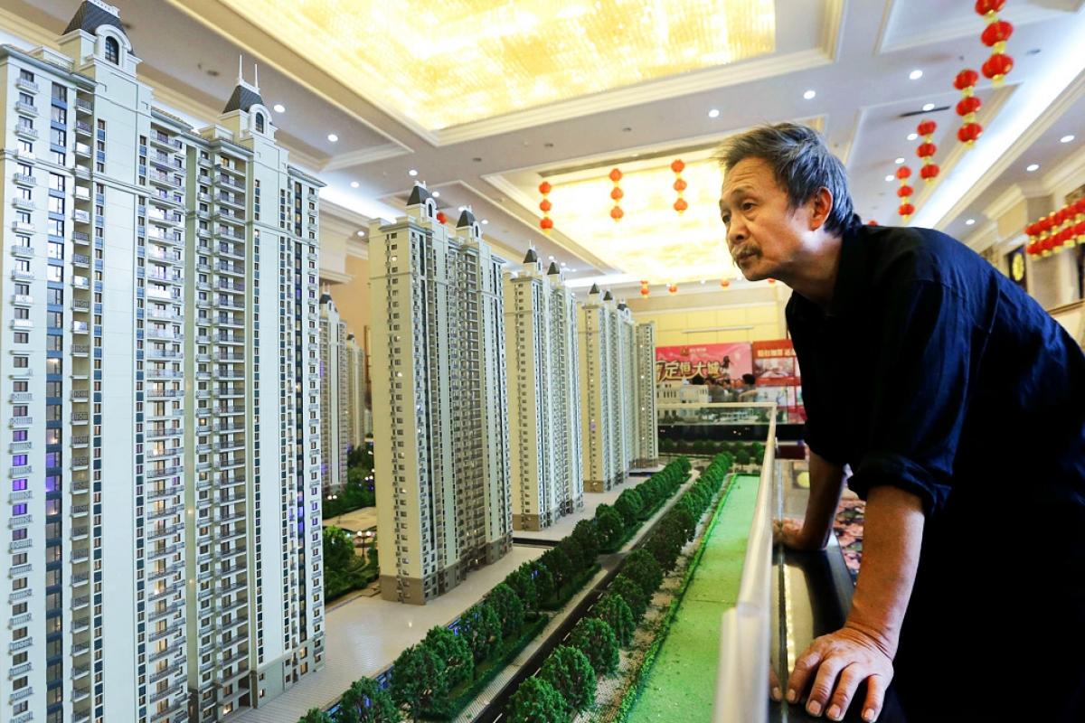 Khách tham quan mô hình chung cư của Evergrande tại showroom ở Hồ Bắc. Ảnh: Reuters