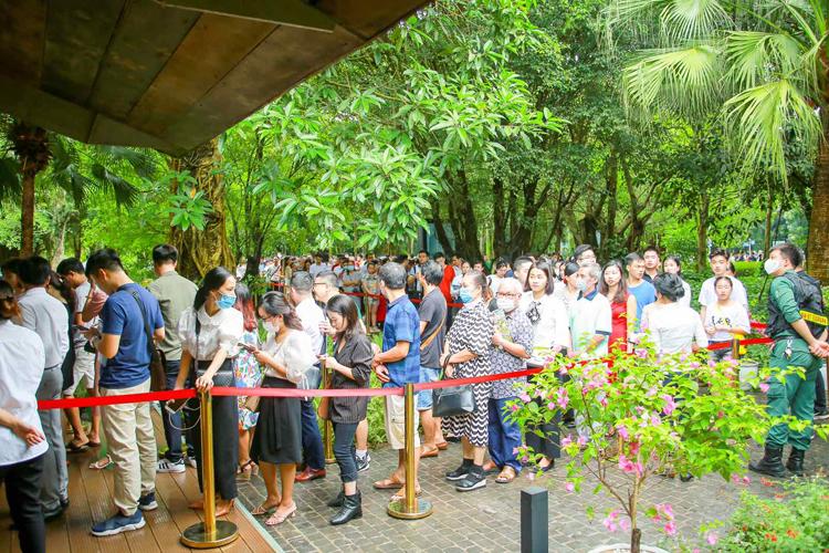 7h30 sáng, dù trời còn mưa, hơn 400 khách đã có mặt, xếp hàng check-in tại khu vực đăng ký tham quan nhà mẫu trong công viên mùa xuân.