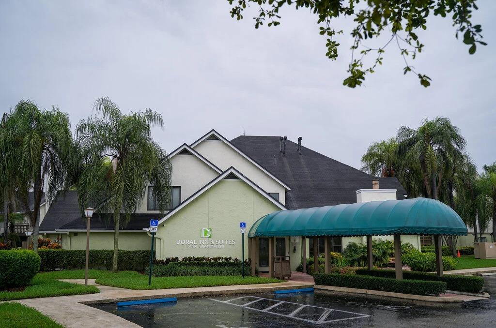 Doral Inn and Suites, một trong 5 khách sạn tại hạt Miami-Dade được chọn làm nơ ở cho nhân viên y tế, bệnh nhân Covid-19 và người vô gia cư. Ảnh: NYT