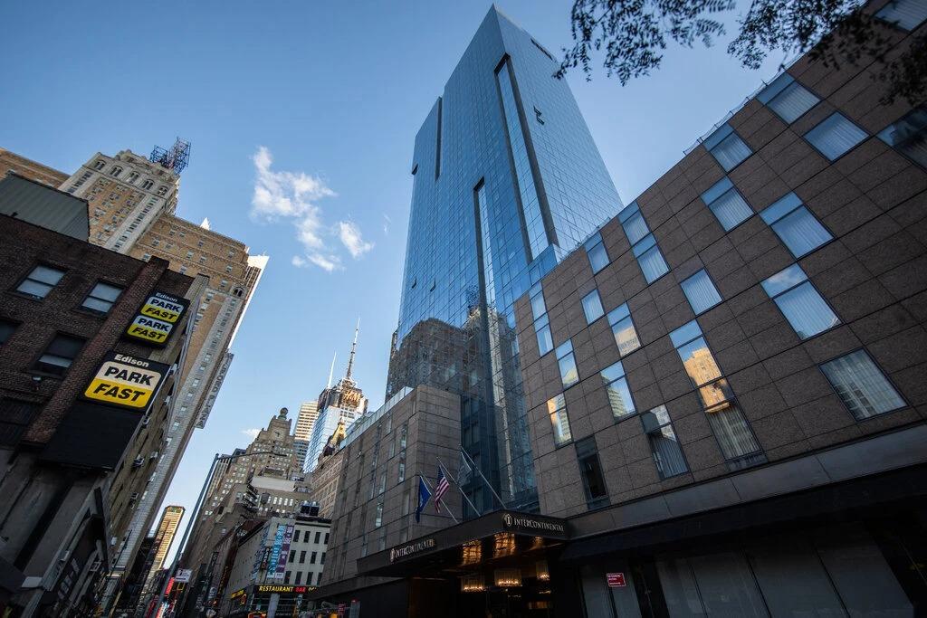 Khách sạn InterContinental Times Square (toà nhà cao nhất). Ảnh: NYT
