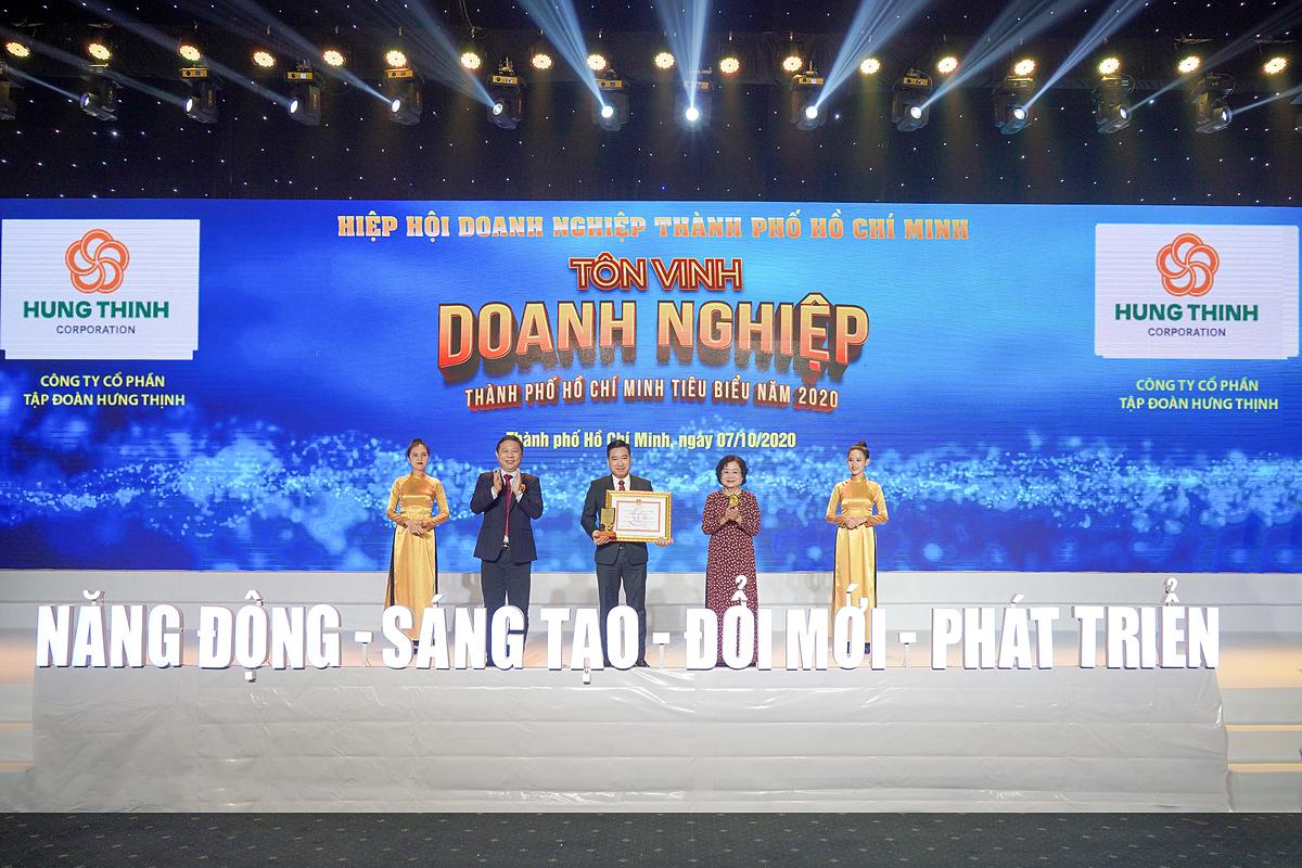 Ông Nguyễn Đình Trung - Chủ tịch Tập đoàn Hưng Thịnh nhận cúp và bằng khen giải thưởng Doanh nghiệp TP HCM tiêu biểu năm 2020