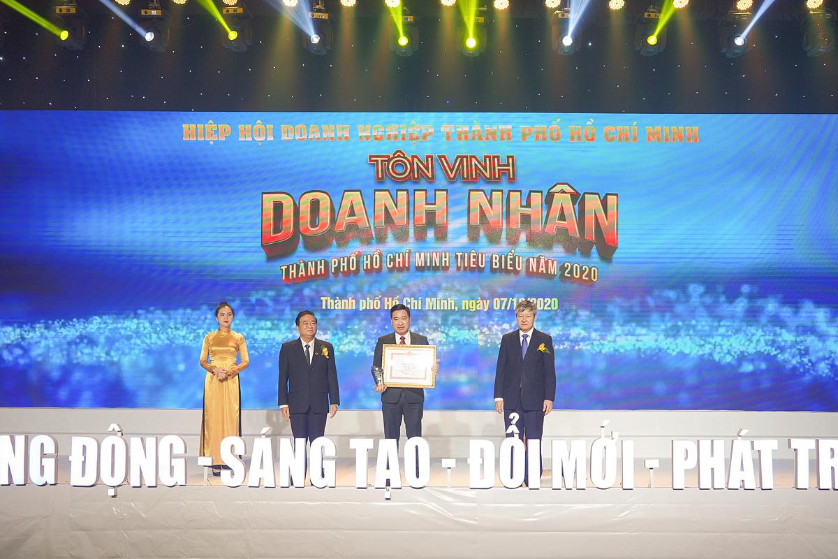 Ông Nguyễn Đình Trung - Chủ tịch Tập đoàn Hưng Thịnh nhận cúp và bằng khen giải thưởng Doanh nhân TP.HCM tiêu biểu năm 2020