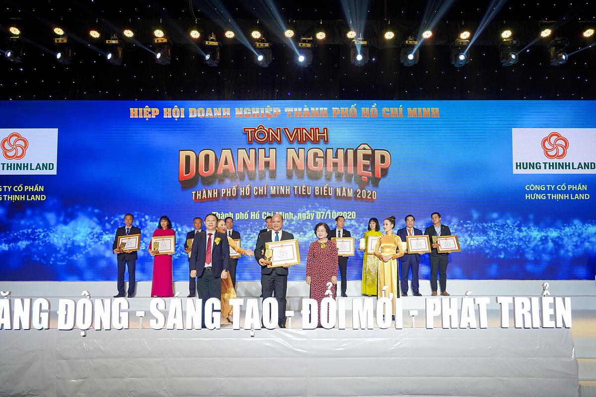 Ông Lê Trọng Khương - Tổng Giám đốc Hưng Thịnh Land nhận cúp và bằng khen giải thưởng Doanh nghiệp TP.HCM tiêu biểu năm 2020 dành cho Hưng Thịnh Land