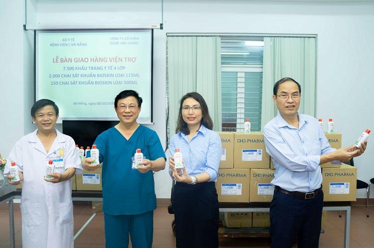 Đại diện doanh nghiệp trao quà cho đại diện Bệnh viện C Đà Nẵng.