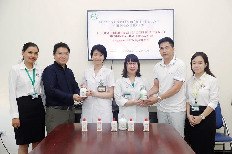 Những chai gel rửa tay được trao cho đại diện Bệnh viện Bạch Mai.