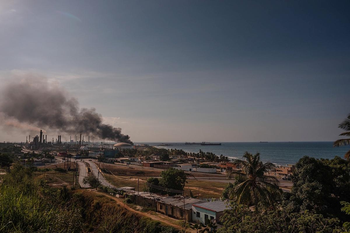 Khói bốc lên tại một cơ sở lọc dầu tại El Palito - nơi gần đây xảy ra tràn dầu. Ảnh: NYT