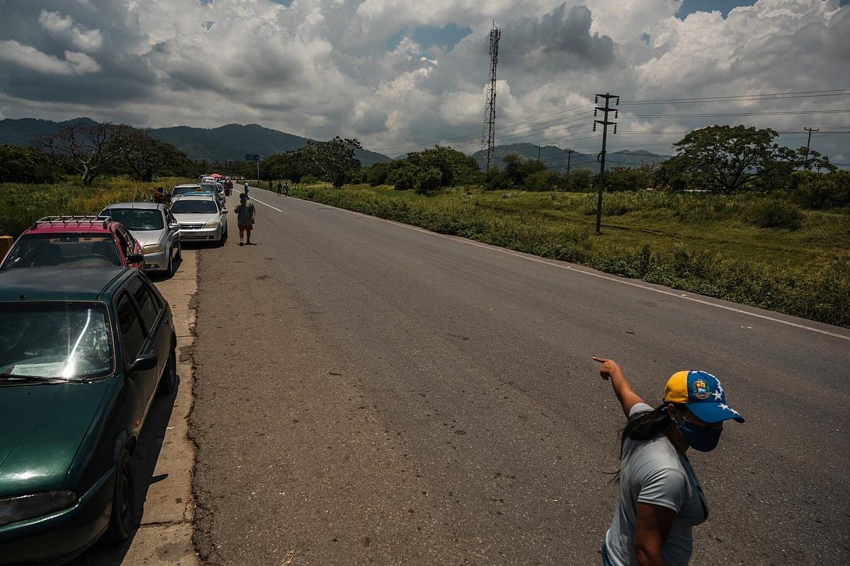 Người dân Venezuela xếp hàng chờ mua xăng. Ảnh: NYT