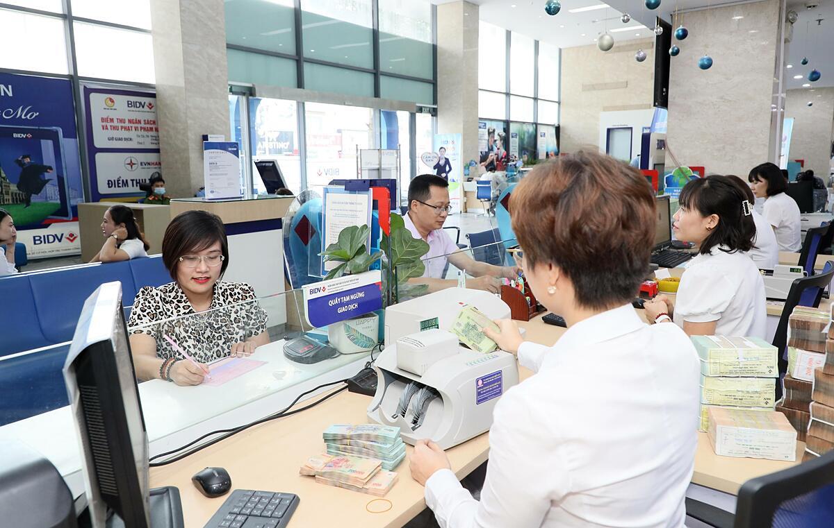 Khách hàng giao dịch tại BIDV.