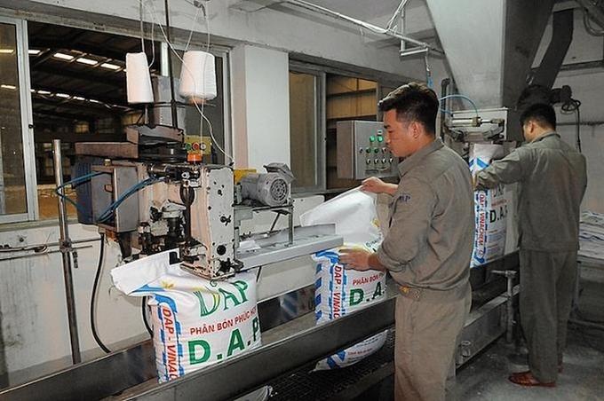 Công nhân sản xuất phân đạm tại Nhà máy DAP-1 Hải Phòng.Ảnh: DAP.