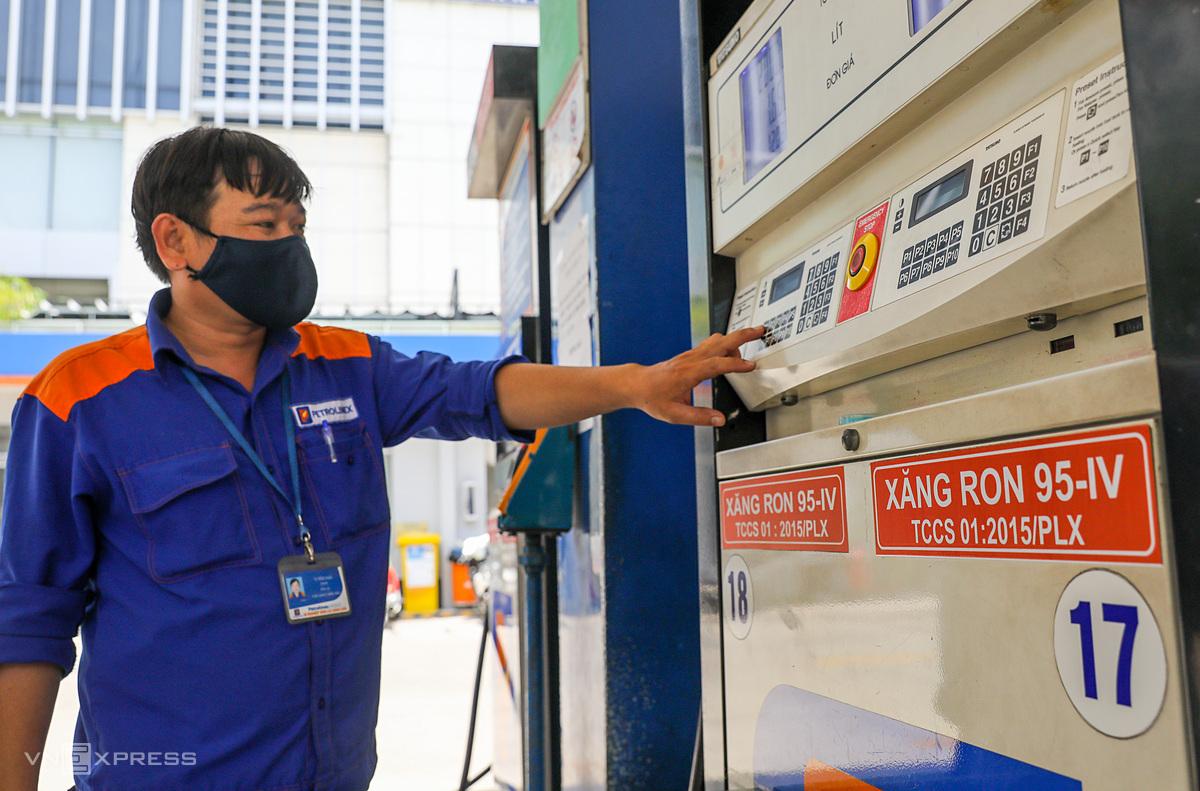 Nhân viên bán xăng cho người dân ở đường Trần Cao Vân (quận 1). Ảnh: Quỳnh Trần.