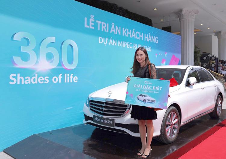 Bà Đỗ Thị Nhung (người được ủy quyền) của khách hàng Huang Yung Feng nhận giải đặc biệt của chương trình là xe Mercedes E200 trị giá hơn 2 tỷ đồng.
