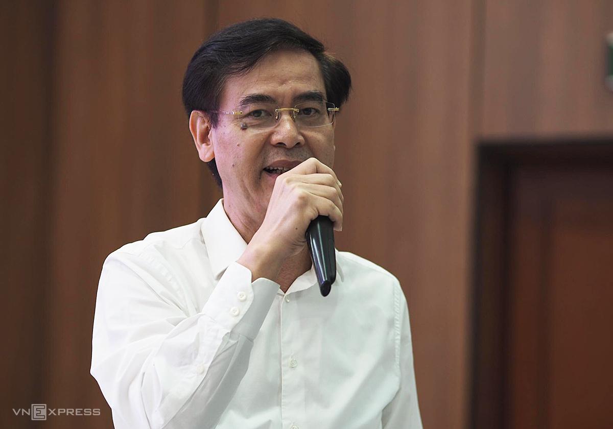 Ông Trần Thanh Hiền, kế toán trưởng Vietnam Airlines chia sẻ thông tin sáng 12/10. Ảnh: Anh Tú