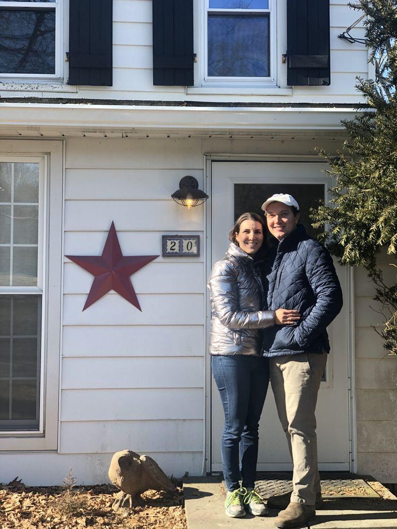 Vợ chồng Strober trước ngôi nhà mới. Ảnh: Alexis Strober.