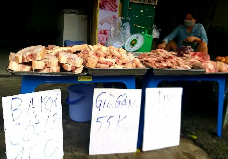 Thịt heo đông lạnh bán trên đường Lê Đức Thọ (Gò Vấp). Ảnh: Hồng Châu.