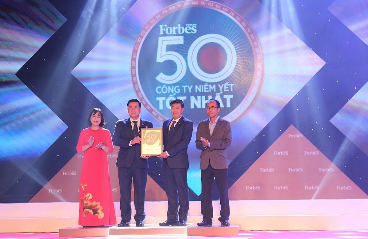 Đại diện HDBank nhận giải thưởng vào tối 15/10 tại TP HCM. Ảnh: HDBank.