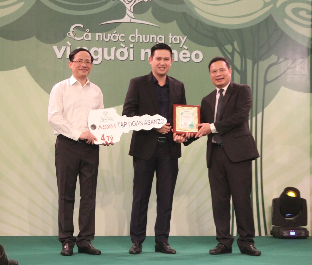 Ông Phạm Văn Tham (giữa) trao số tiền 4 tỷ đồng cho chương trình An sinh xã hội.