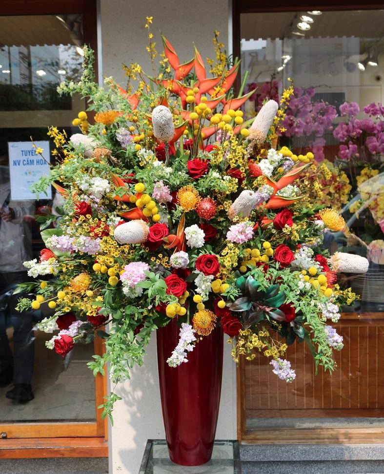Bình hoa 50 triệu đồng cao 1m6 đã được chuyển tới khách hàng. Ảnh: Flower box.