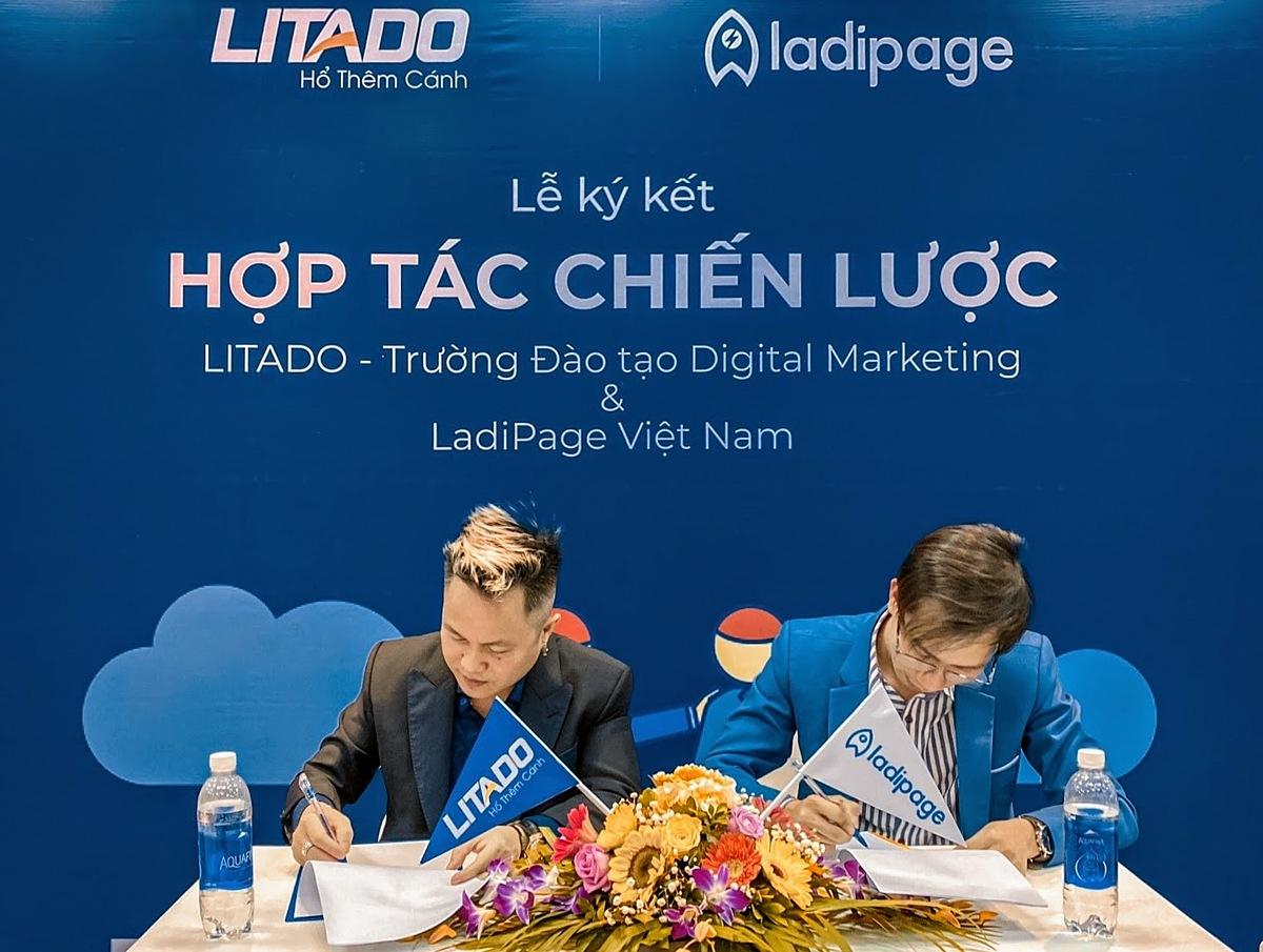 Đại diện LadiPage và Litado thực hiện ký kết. Ảnh: LadiPage.