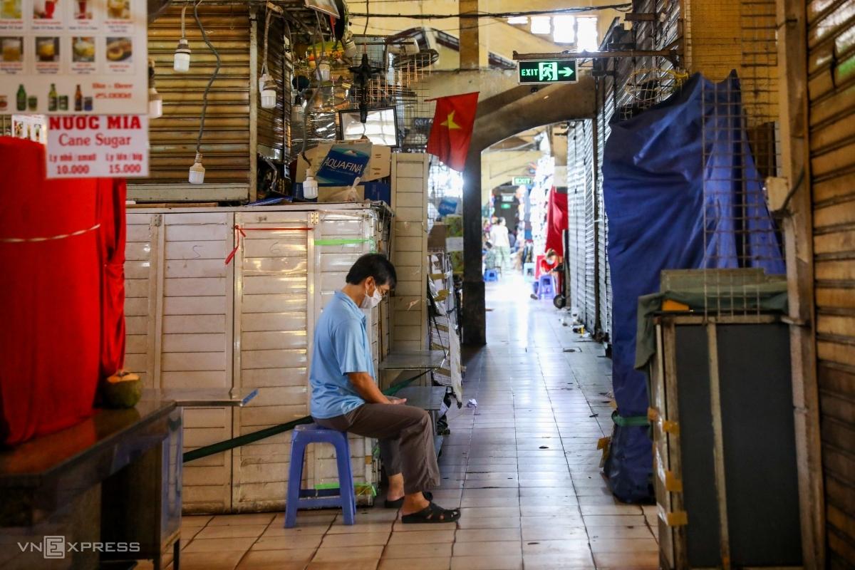 Nhiều sạp hàng tại chợ Bến Thành đóng cửa cuối tháng 3/2020. Ảnh: Quỳnh Trần.