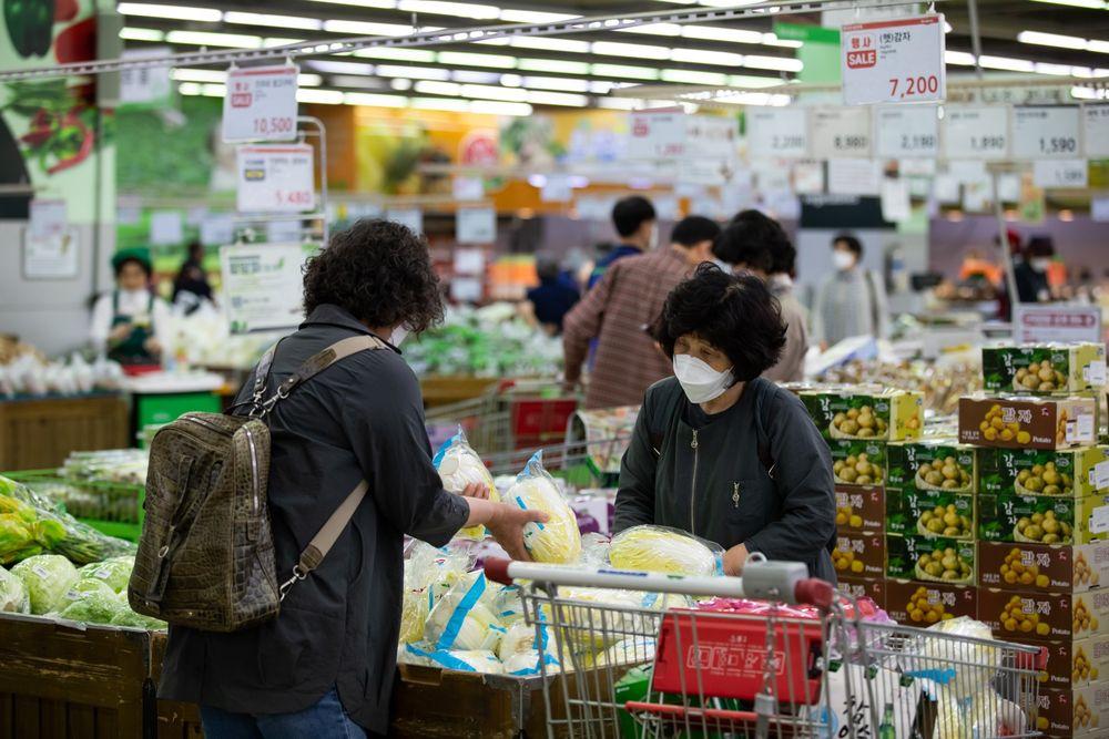 Khách hàng chọn mua cải thảo tại một siêu thị ở Seoul. Ảnh: Bloomberg