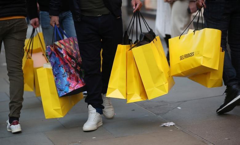Người mua sắm tại Oxford Street (London, Anh). Ảnh: Reuters