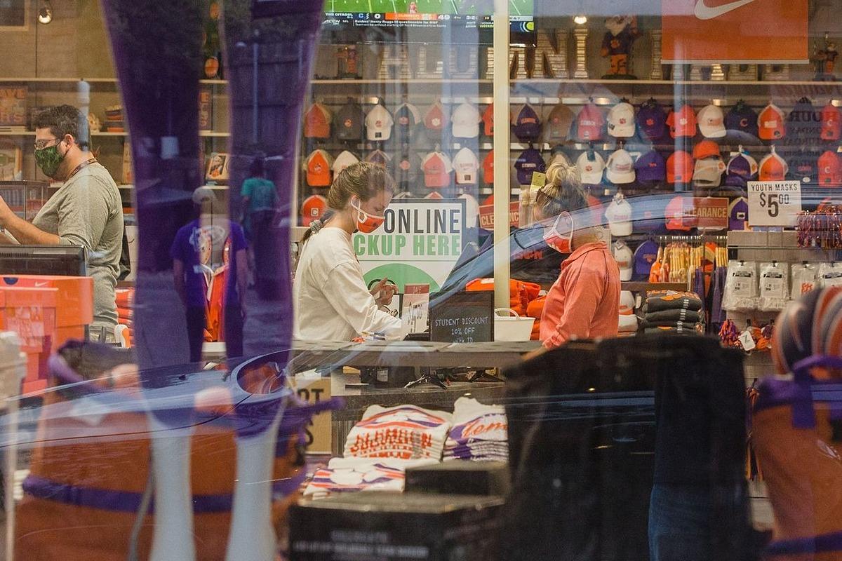 Một cửa hàng thời trang tại Clemson, South Carolina, Mỹ. Ảnh: Bloomberg.