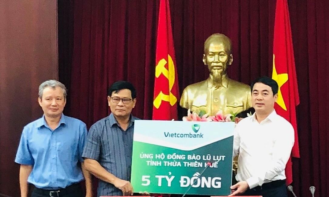 Vietcombank ủng hộ miền Trung 11 tỷ đồng