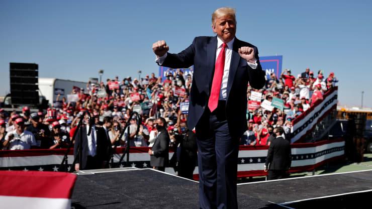 Tổng thống Mỹ Donald Trump trong chiến dịch vận động tranh cử tại Arizona ngày 19/10. Ảnh: Reuters