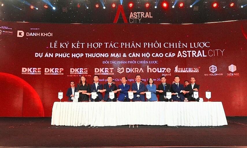 Lễ ký kết hợp tác chiến lược phân phối Astral City giữa DKRA Vietnam - Tổng đại lý tiếp thị & phân phối với các đơn vị đầu ngành như: DKRE, DKRP, DKRS, DKRT, Houze Agent, Phát Hưng, SG Holdings và Thiên Phúc