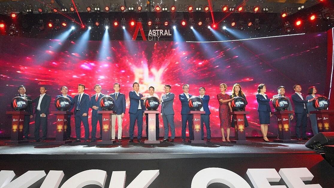 Đại diện các đơn vị thực hiện nghi thức kickoff dự án Astral City. Ảnh: DKRA Vietnam.