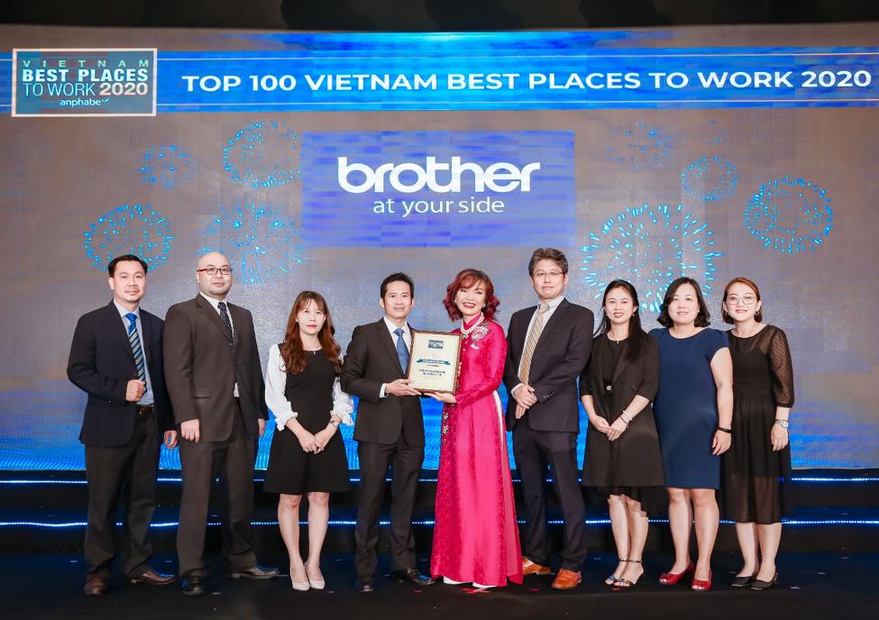 Ông Nguyễn Hoài Nam - Tổng giám đốc Brother International Việt Nam (đứng giữa
