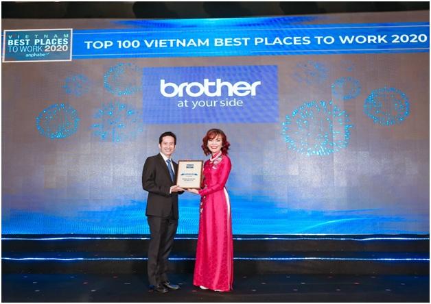 Ông Nguyễn Hoài Nam - Tổng giám đốc Brother International Việt Nam nhận danh hiệu.
