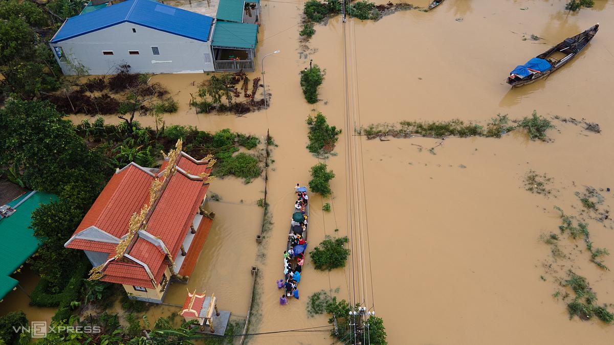 Một đoàn cứu trợ trong cơn lũ tại Thừa Thiên – Huế. Ảnh: Võ Thạnh.