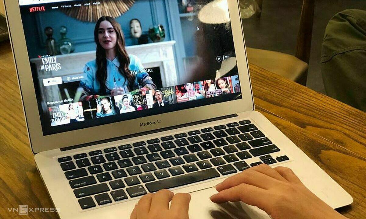 Một người dùng đang sử dụng Netflix tại Việt Nam. Ảnh: Anh Tú