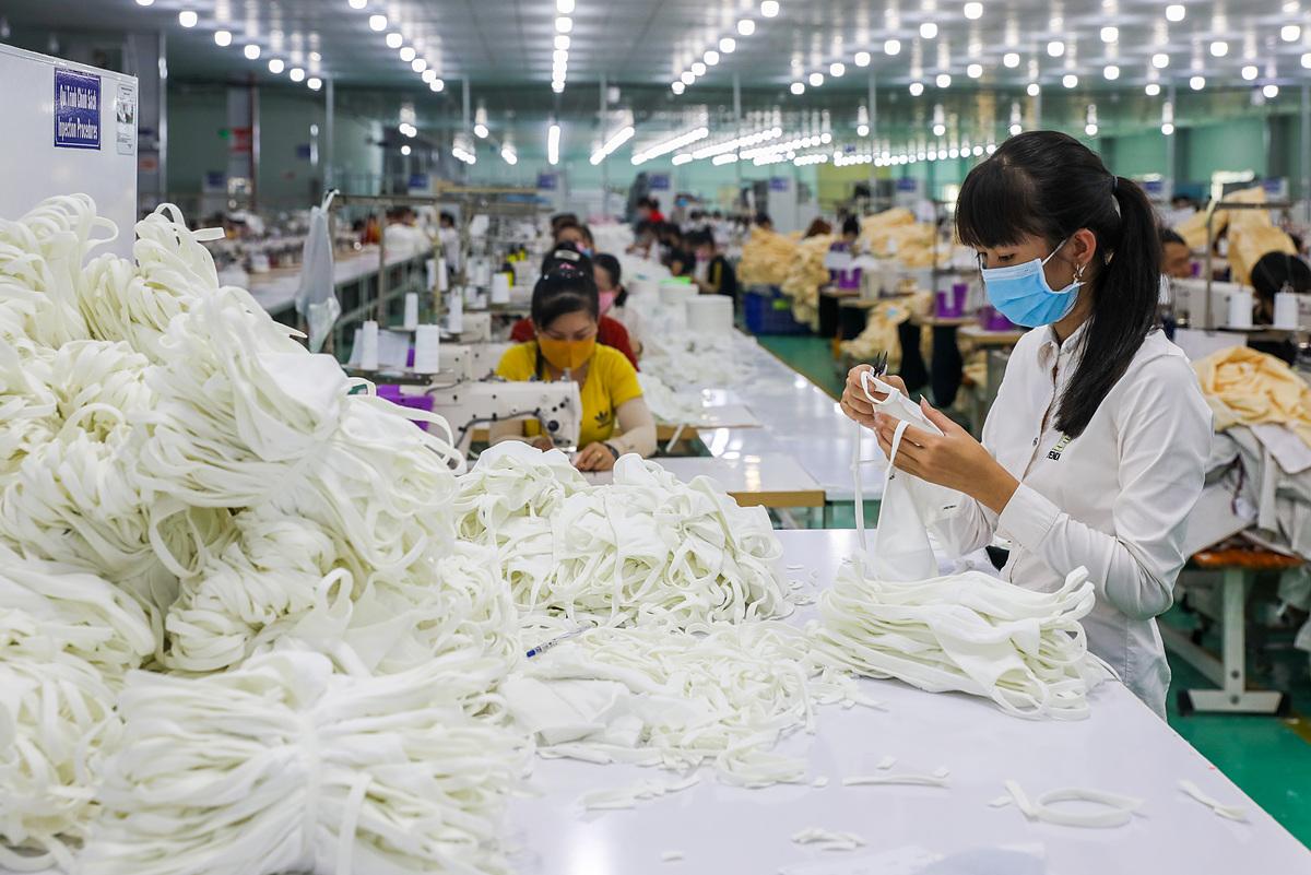Sản xuất khẩu trang vải kháng khuẩn tại một nhà máy ở Khu công nghiệp Tân Đô (Long An) vào tháng 2/2020. Ảnh: Quỳnh Trần.