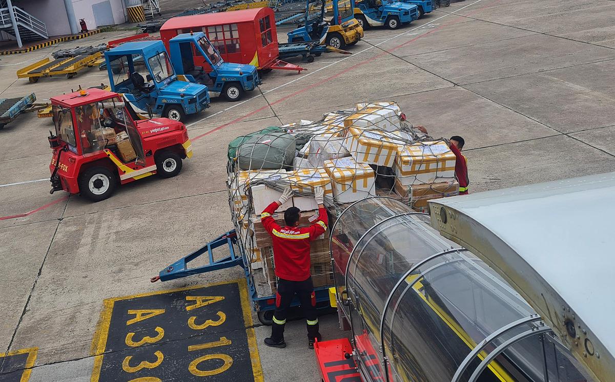 Nhân viên các bộ phận của Vietjet tiếp nhận hàng cứu trợ gửi đến miền Trung (ảnh: Huyền Minh)