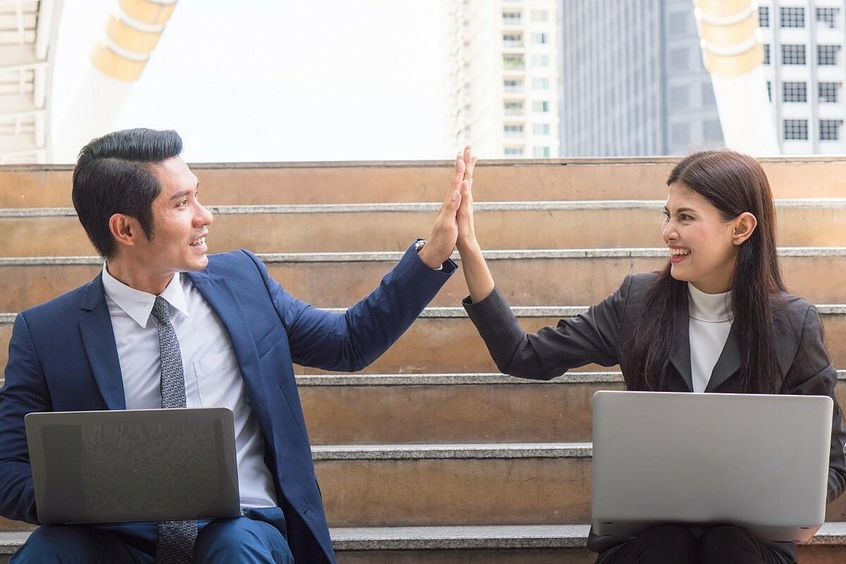 Việc linh hoạt chính sách lương thưởng sẽ giúp giữ chân nhân sự. Ảnh: Shutterstock.