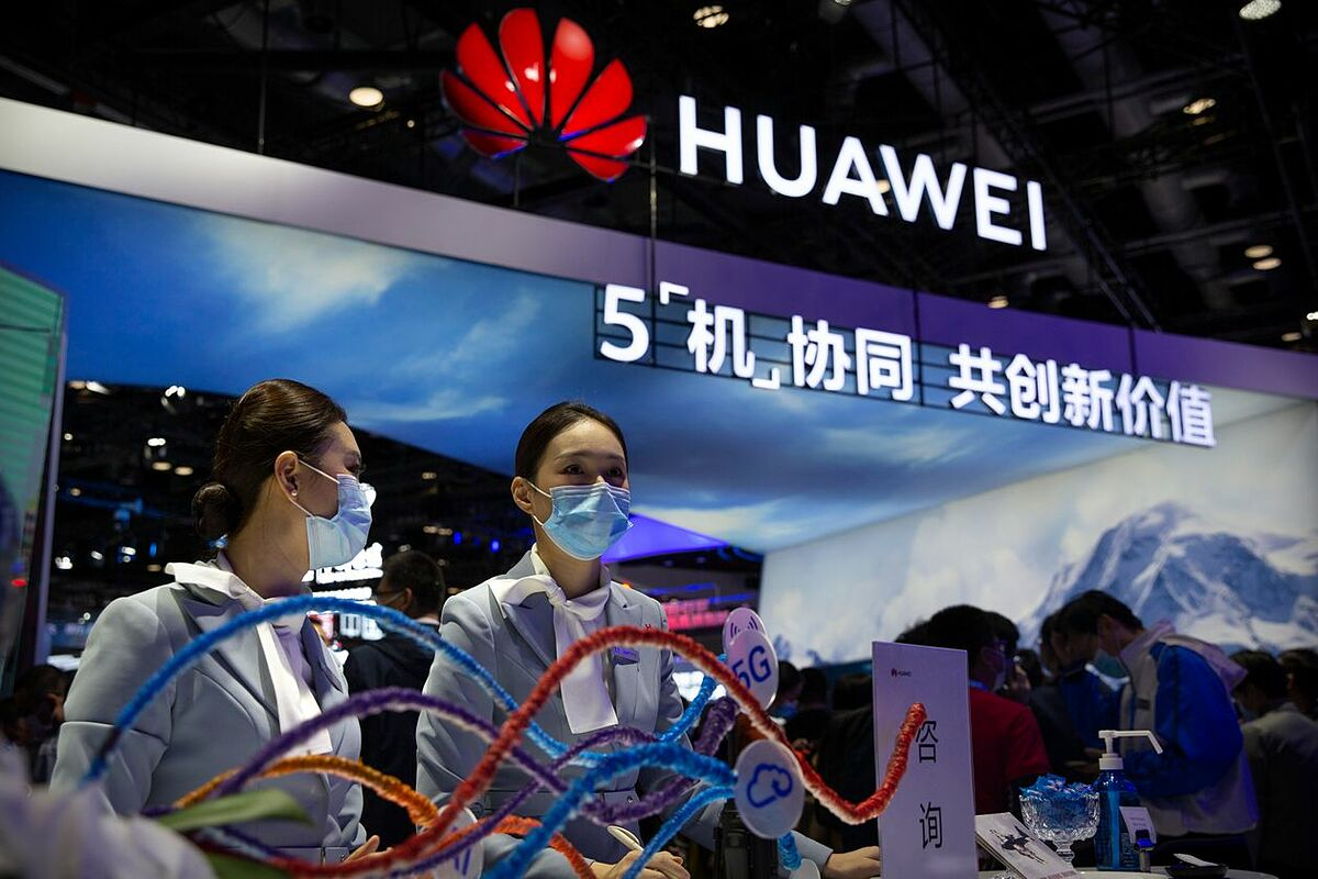 Huawei hiện là nạn nhân lớn nhất trong cuộc chiến công nghệ Mỹ - Trung. Ảnh: AP