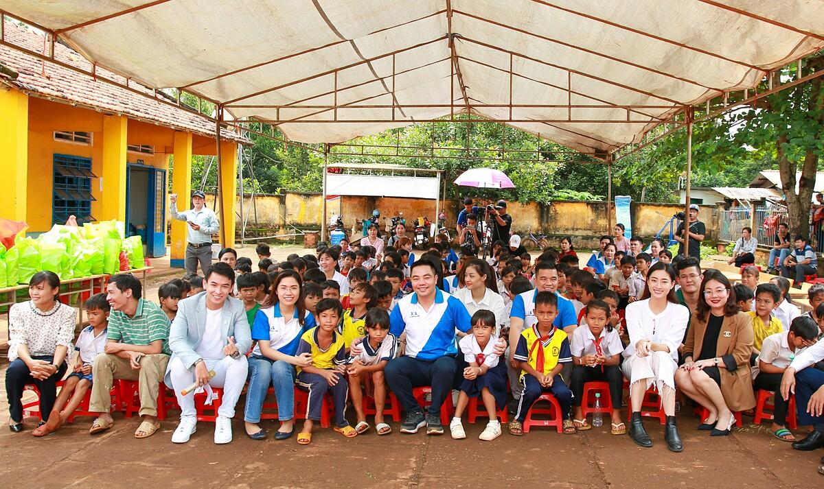 Đại diện Khải Hoàn Land cùng Hoa hậu Lương Thuỳ Linh thăm hỏi, giao lưu và chụp ảnh với học sinh trường Bù Cà Mau. Ảnh: Khải Hoàn Land.