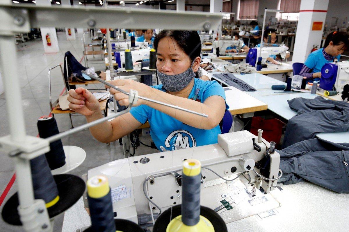 Công nhân của một xưởng may tại Hà Nội. Ảnh: Reuters.