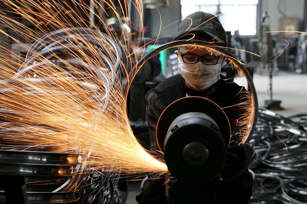 Một công nhân hàn vành thép xe đạp tại một nhà máy ở Hàng Châu, Chiết Giang, Trung Quốc ngày 2/9/2019. Ảnh: Reuters.