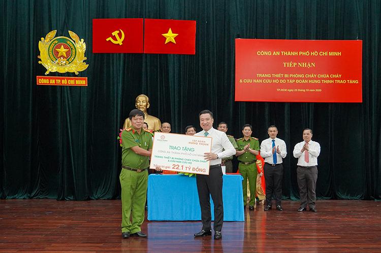 Ông Nguyễn Đình Trung - Chủ tịch Tập đoàn Hưng Thịnh (bên phải) trao bảng tượng trưng trang thiết bị PCCC và CNCH trị giá 22,1 tỷ đồng cho Đại tá Nguyễn Thanh Hưởng