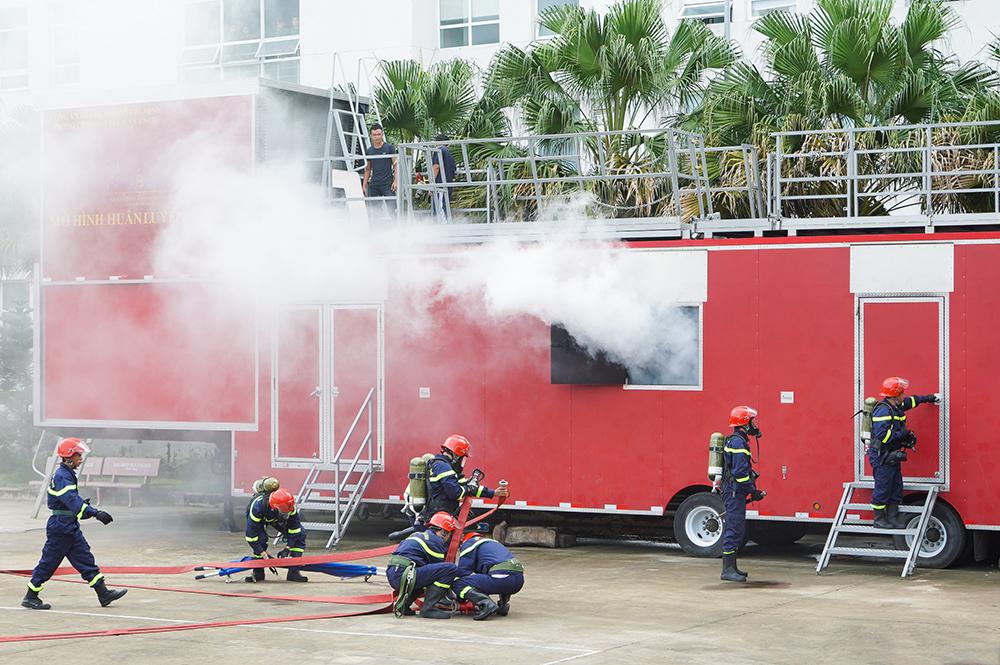 Các chiến sĩ cảnh sát phòng cháy chữa cháy diễn tập tình huống phòng cháy chữa cháy và cứu nạn, cứu hộ với các trang thiết bị mà Tập đoàn Hưng Thịnh vừa trao tặng.