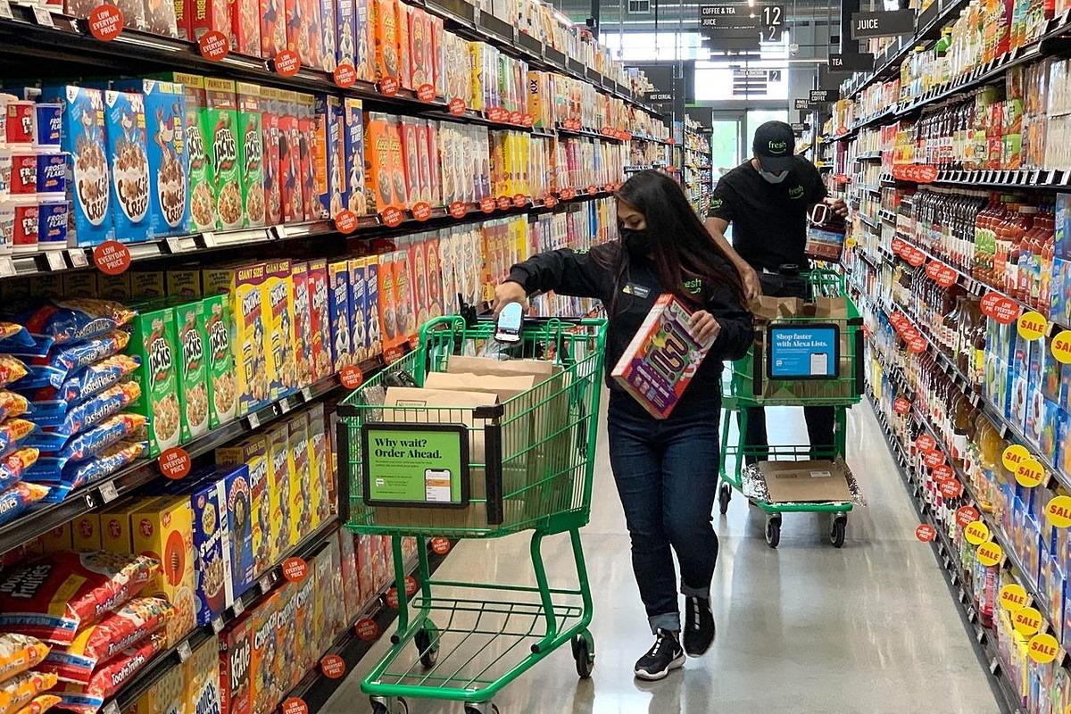 Người Mỹ mua sắm tại một cửa hàng Amazon Fresh mới mở ở Irvine, California. Ảnh: Zuma Press.