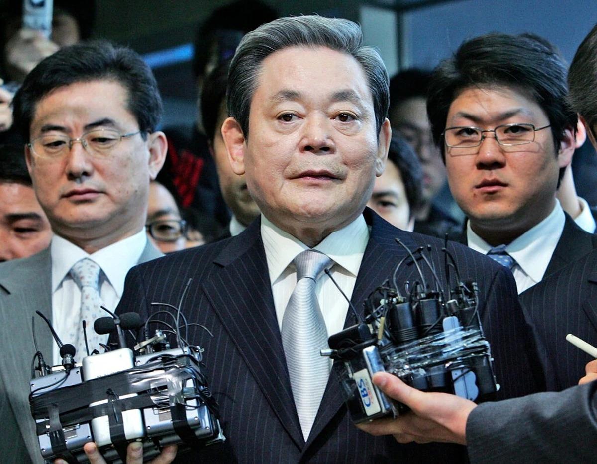 Ông Lee Kun-hee trả lời phóng vấn báo chí tại Seoul, Hàn Quốc năm 2008. Ảnh: AP.