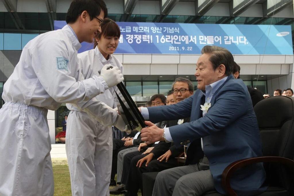 Nhân viên Samsung giới thiệu thành tựu chip nhớ với ông Lee tại Seoul năm 2011. Ảnh: European Pressphoto Agency.