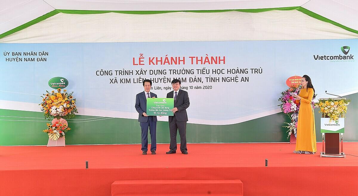 Ông Nguyễn Mỹ Hào – Thành viên HĐQT Vietcombank trao biển tượng trưng số tiền 15 tỷ đồng của Vietcombank tài trợ xây dựng Trường tiểu học Hoàng Trù. Ảnh: Vietcombank.